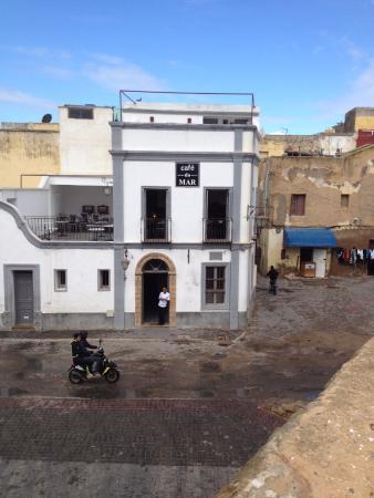 Café do Mar : вид на кафе со стен бастиона