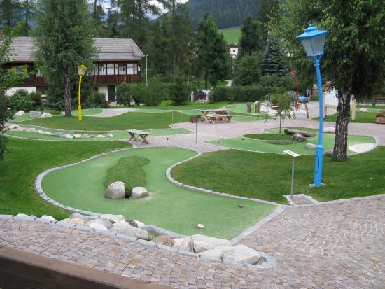 Hotel Dolomiten: Minigolf visto dal balcone della camera