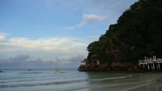 Artista Beach Villas: Мыс у отеля