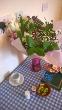 A to B Hotel: flowers at breakfast table