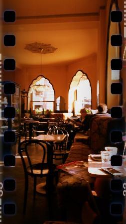 typisches traditionelle wiener kaffeehaus der tirolerhof observer1977 bild von cafe. Black Bedroom Furniture Sets. Home Design Ideas
