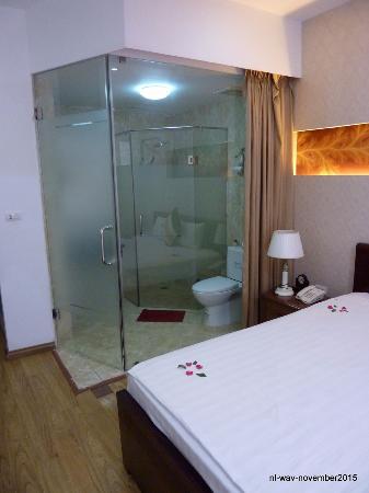 Splendid Star Suite Hotel: The shower-cabin