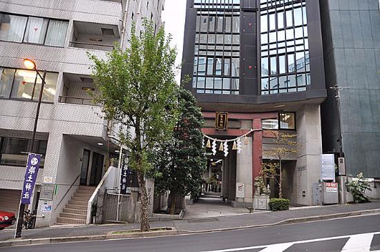 Tsukudo Shrine: 神社入り口、ビルの間です
