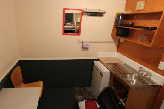 Auckland North Shore Motels & Holiday Park : Kitchenette of the 8-10sqm room