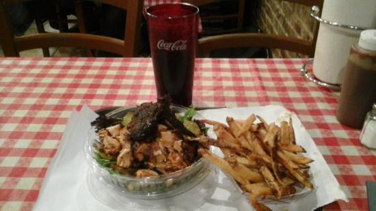 John Brown Smokehouse: Салат по-домашнему с курицей, фри и кола