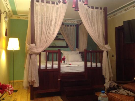 Rose Garden Suites Istanbul: What a bed...