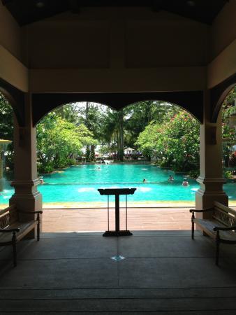 Вид на бассейн из ресепции и место для завтраков