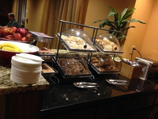 Fairfield Inn & Suites Tupelo : breakfast