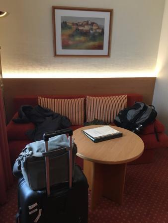 Hotel Kriemhild: Sit down area of room