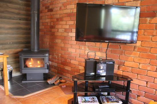 Southern Grampians Cottages: le living room avec la cheminée