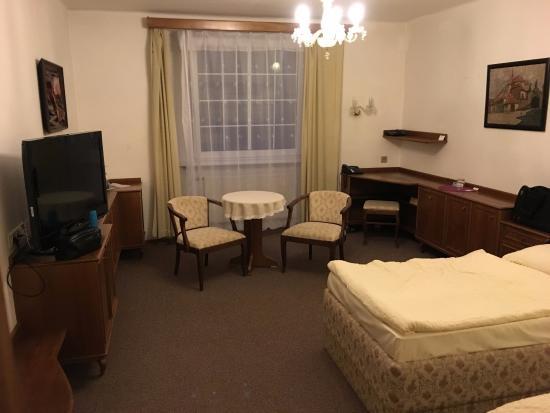 Hotel Ostrov: riseiges Zimmer, alte Möbel / Teppich