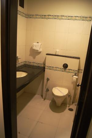 Aay Kay Hotel: Washroom