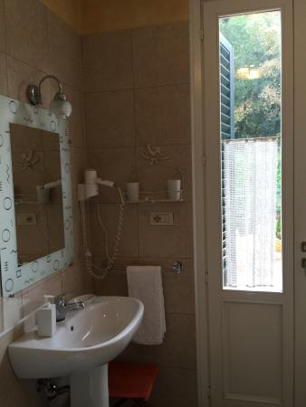 B&B Monte Oliveto: Large private bath stocked with organic soaps and everything you need
