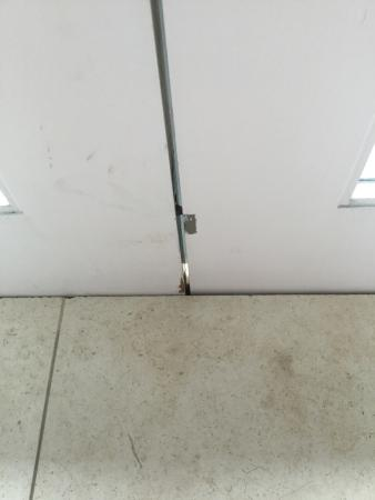 Elbow Beach, Bermuda: Gap between doors