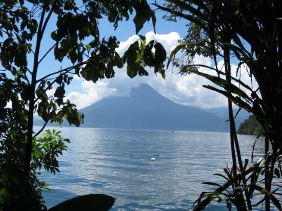 โรงแรมอิสลาเวอร์เด: the lake and one of the volcanos
