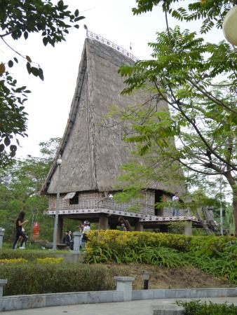 Thai Nguyen, Βιετνάμ: Community building with amazing roof elevation