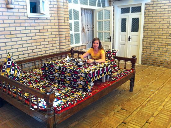 B&B Timur The Great: Топчан в крытом дворике мини-отеля. За спиной вход в наш номер