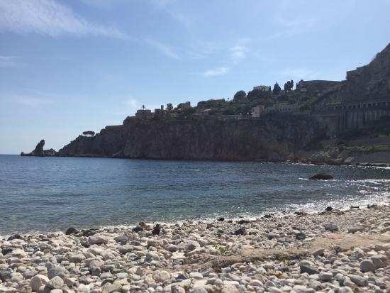 Porta del Tocco Design Suites: Пляж на острове в Таормине