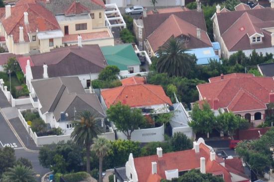 twentytwo: Vue de la Guest House de la montagne de la table, le toit rouge au centre