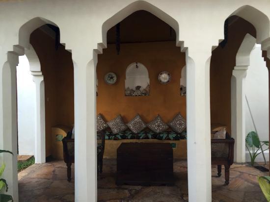 Kholle House: Sitzgelegenheit am Pool