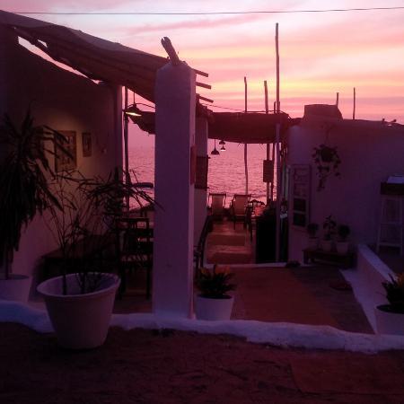 Anjuna, الهند: Sunset in Eva Cafe