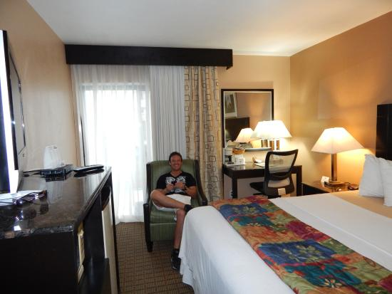 Days Inn by Wyndham Hollywood Near Universal Studios: Habitación con balcón y vista a la piscina