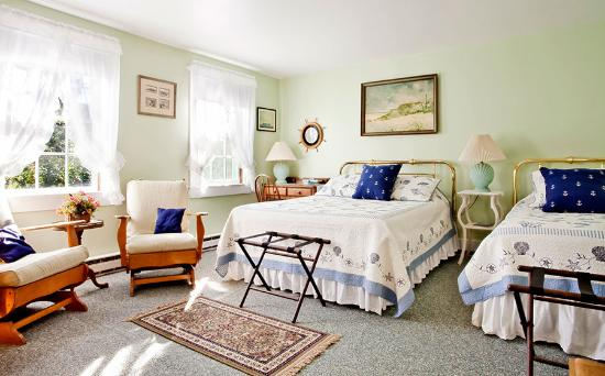 The Barnacle Inn: Queen and Twin Bedroom