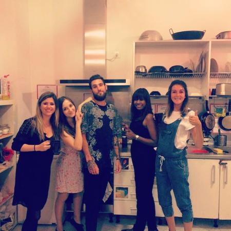 Samay Hostel Sevilla: Sevilla gang in the kitchen