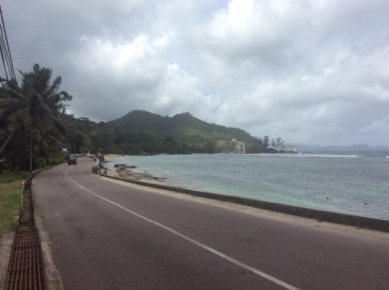 Jamalac Bungalows: Дорога рядом с отелем