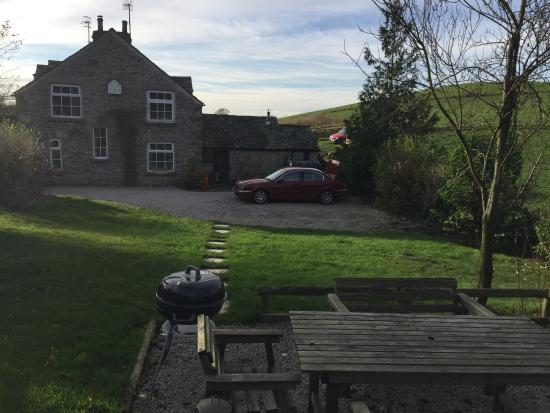 Kendal, UK: view of the cottage from the garden (near the bbq grill, table and hot tub)