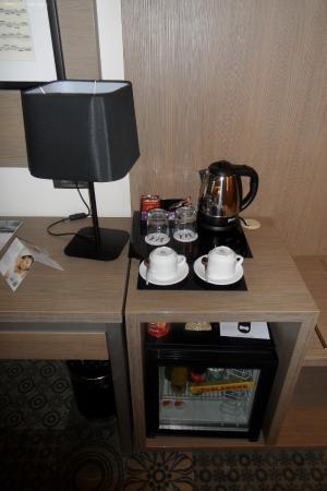 Charmant Mercure Bucharest City Center: Tea, Coffee And Mini Bar.