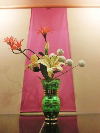 Awazu Grand Hotel Bekkan: 廊下にお花