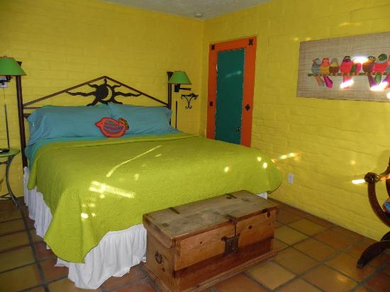 Cinnamon Morning Bed And Breakfast: Our colorful and comfy room