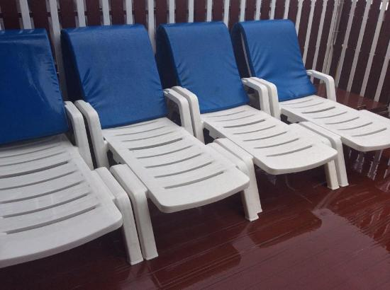 Phuket Airport Inn Hotel : lounge chairs at the poolside