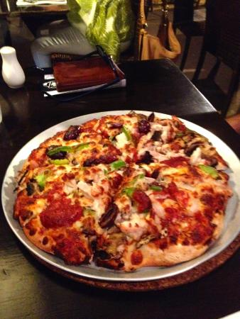 Alexandra Headland, Australia: Vegetarian Pizza with added chicken.