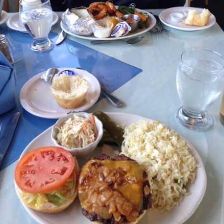 Tignish, Kanada: ハンバーガーは普通、付け合わせのパンがふわふわで美味