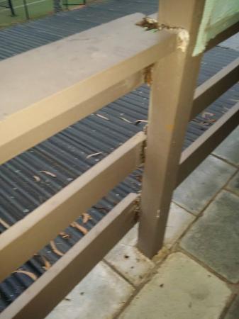 Anchorage Motor Inn: Rotten balcony railings