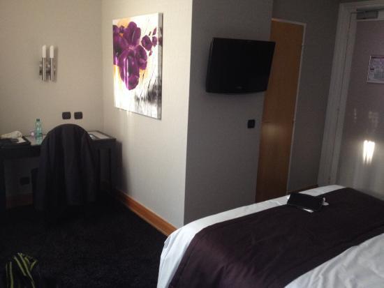 Chambre avec le petit bureau - Picture of Hotel Bristol, Mulhouse ...