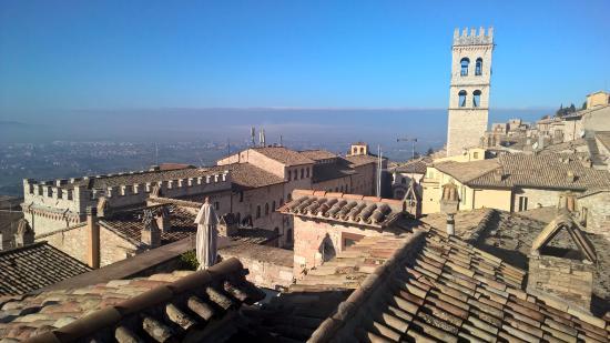 Il panorama di Assisi che si ammira dalla terrazza dell\'hotel ...