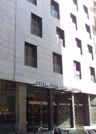 Hotel Barcelona Catedral: Главный вход в отель.