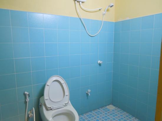 Maafushi Inn: ホテルの部屋のトイレ
