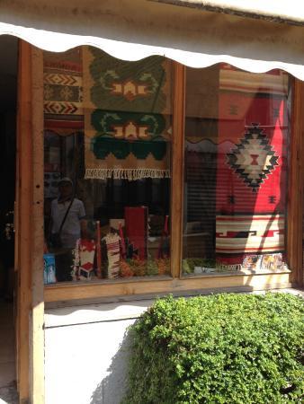 La Boutique De Tapis A Gjirokaster Photo De Gjirokastra Bazaar