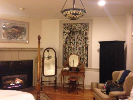 Silverstone Inn & Suites: View of the bedroom fireplace