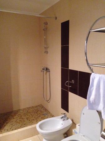 Atrium Kings Way Hotel: Ванная комната