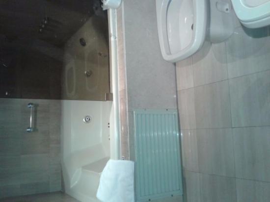 badezimmer mit whirlpoolbadewanne picture of aspen. Black Bedroom Furniture Sets. Home Design Ideas