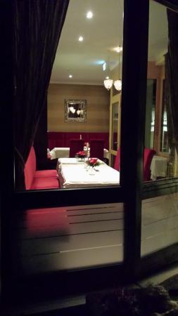 Hotel St. Florian: Blick von außen in einen Teil des Speisesaales