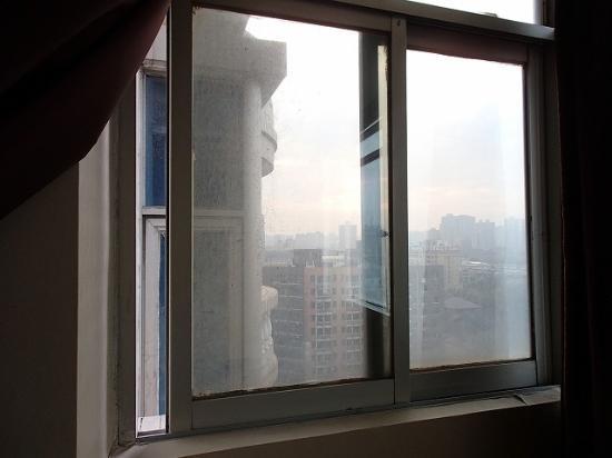 Canaan International Hotel: 閉まらない窓