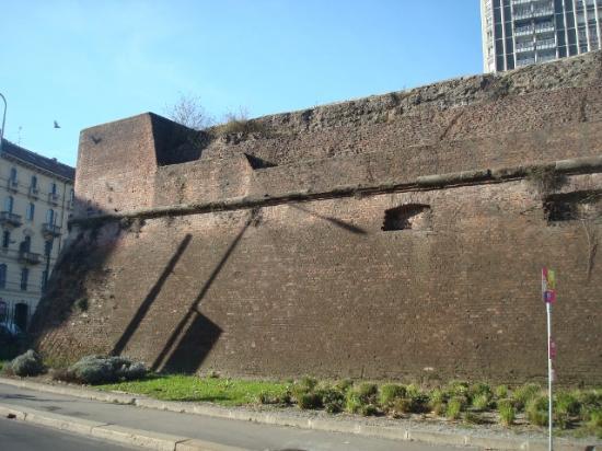 Le mura spagnole a porta romana foto di antiche mura - Porta romana viaggi ...