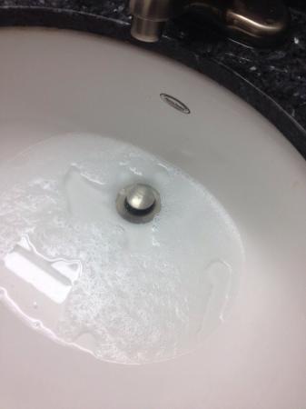 Quality Hotel Burlington: Clogged sink