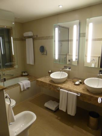 Badkamer (deels) - Picture of AVANI Deira Dubai Hotel, Dubai ...